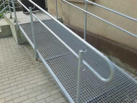 Pandusi invalīdiem un bērnu ratiņiem.